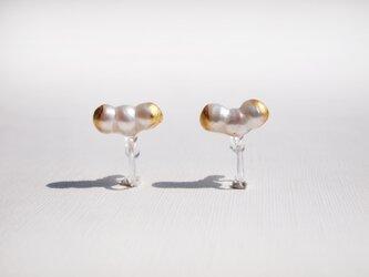 小さな三つ子パールのイヤリング<金箔とパールのイヤリング>/受注生産の画像
