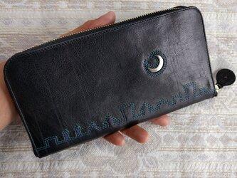 刺繍革財布「街yokonarabi」クロ(ゴート革)ラウンドファスナー型 の画像