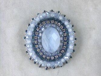 ライトブルーのブローチ クリスタル(水晶)とブルーレースの画像