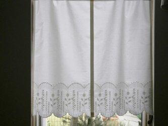 スカラップ刺繍コットンの小さなカフェカーテンの画像
