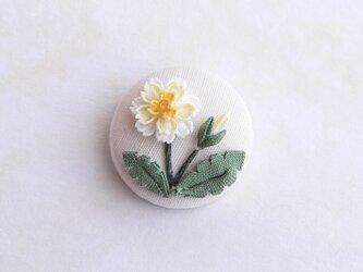 白花たんぽぽのくるみブローチ *つまみ細工*の画像