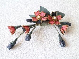 赤い大島紬のブローチ&ヘアアクセサリーの画像