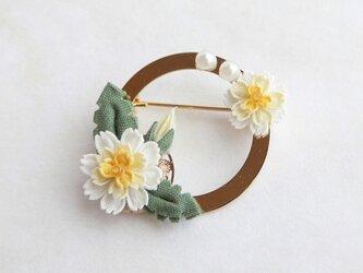 白花たんぽぽのリングブローチ *つまみ細工*の画像