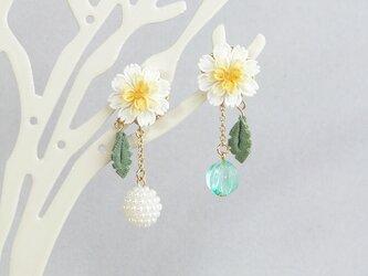 白花たんぽぽと春風のイヤリング *つまみ細工*の画像