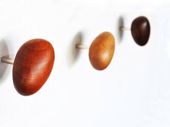 木製コートハンガー/3個/小石型 HS-B レッドオーク/チェリー/オールナット【 樹種を選べる2700円もお得な3個セット】の画像
