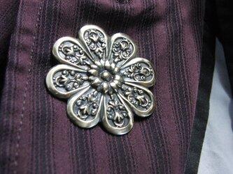 真鍮ブラス製 レトロな菊の家紋型ピンズブローチ 結婚式・成人式などシャツ・ジャケットや帽子・バッグのワンポイントにの画像