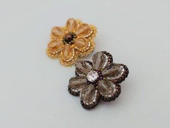 グレーの6枚花弁 ビーズ刺繍ブローチの画像
