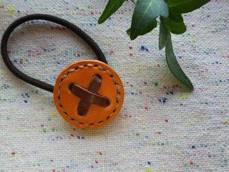革のボタンヘアゴム オレンジの画像