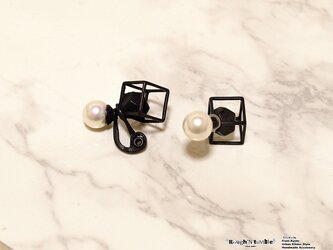 Cube catch pierce black×pearl(片耳販売)の画像