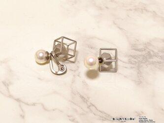 Cube catch pierce silver×pearl(片耳販売)の画像