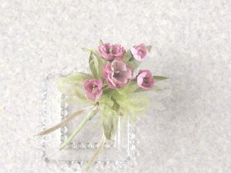 淡いグリーンに映えるピンクのお花 * 綿ローン・オーガンジー製 * コサージュの画像