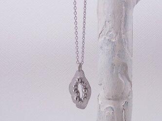 銀粒とプレートのペンダントの画像