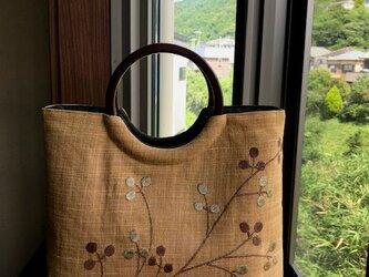 夏帯小花刺繍柄の手提げ 丸い木の手の画像