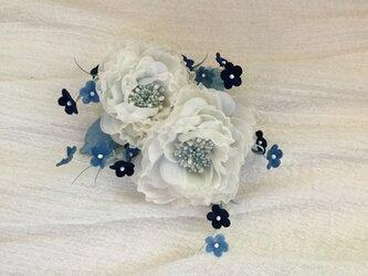 再販白薔薇にブルー小花の画像