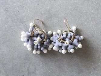 紫陽花ピアス/イヤリング:パープル | フランス製ヴィンテージガラスビーズとホワイトスフレのピアス/イヤリング(TJ10978)の画像