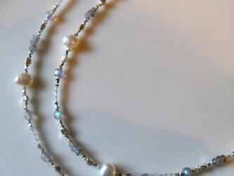 カレンシルバーとバロックパール、ラブラドライトのアンティーク風ロングネックレスの画像