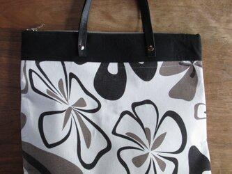 モノトーンの花柄の大型バッグの画像