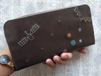 刺繍革財布『宇宙』ダークグレイパール×Colors(ゴート革)ラウンドファスナー型の画像