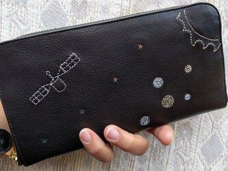 刺繍革財布『宇宙』黒×1tone(牛革)ラウンドファスナー型の画像
