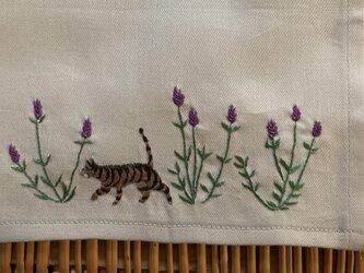 ハンカチ ラベンダーと猫の手刺しゅうの画像