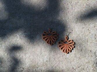 透かし模様のレザーピアス palmetteの画像