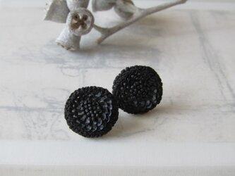 un 「 noir 」手刺繍ピアスの画像