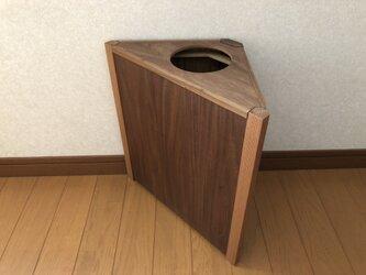 三角形の木製ゴミ箱 レッドシダーとウォールナットの画像