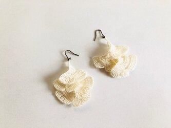 イチョウのピアス/白色(かぎ針編み・レース糸)の画像