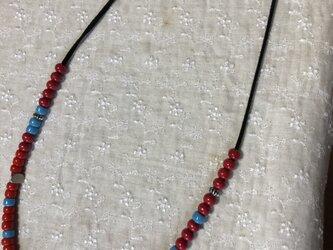 赤と青のガラスビーズネックレス Tの画像