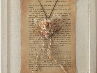 染め花のロングネックレス(ベージュ)の画像