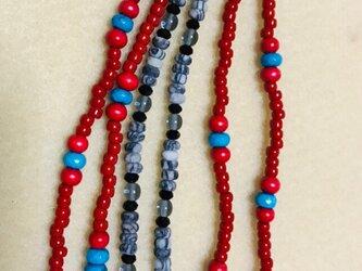 赤と青の天然石とガラスビーズのネックレス の画像