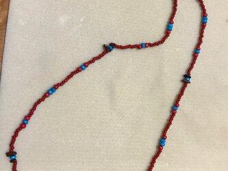 赤と青の天然石を使ったネックレス Tの画像