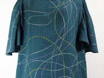 ポンチョスリーブ風・二重ガーゼのトップス(ランダムな曲線模様・緑味青色)の画像