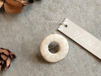 no/30 白い陶器の丸ブローチ(小)の画像