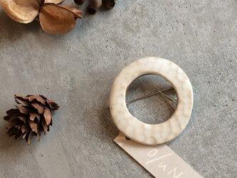 no/31 白い陶器の丸ブローチ(大)の画像