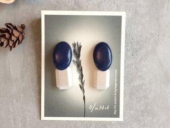 no/36 濃ブルーの陶器とウッドビーズの2wayピアスの画像