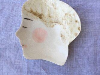 女の子皿(薄茶)の画像