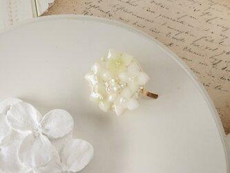 染め花を樹脂加工した紫陽花のポニーフック(ホワイト)の画像