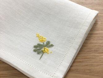 繊細顔のミモザ|ふつう生地の手刺繍ハンカチの画像