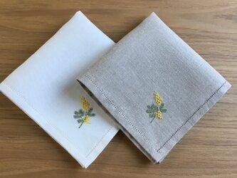 繊細顔のミモザ+名入れ可 手刺繍で仕立てたリネンのハンカチ@フォーマルサイズの画像