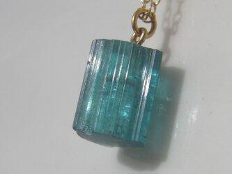 ブルーグリーントルマリン原石のネックレスの画像