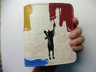 革二つ折り財布 「ペンキ」をぬる黒猫の画像