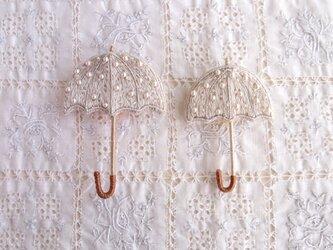 ちいさな 雨を待つ傘のブローチ うす銀色の画像