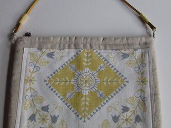 幾何学模様のぺたんこバッグの画像