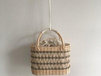 グレーの透かし編みカゴバッグの画像