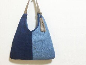 青色二色のジュートかばんの画像