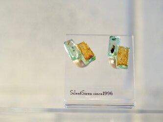 *ルミナス シーグリーン&ゴールド* ブロックガラスピアスの画像