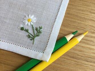 白いマーガレット|薄手生地の手刺繍ハンカチの画像