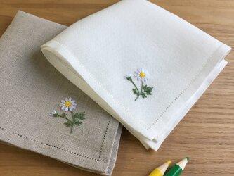 可憐なマーガレット|手刺繍仕立てのハンカチ*ネーム刺繍/サイズオーダー*の画像