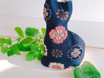 祈りの匂い袋〜香りむすび〜にゃん香 紺色地に花柄の画像